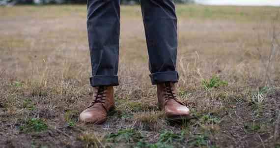 6 Cara Mudah Terbukti Cepat Menghilangkan Bau Sepatu