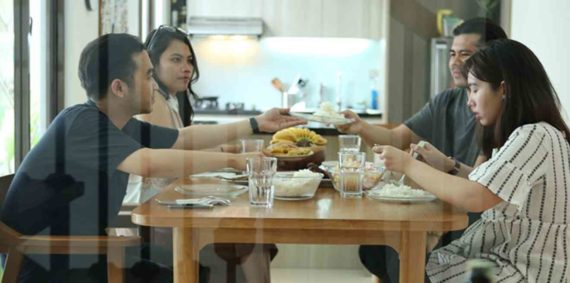 Adab Makan Satu Meja Dengan Orang Tua