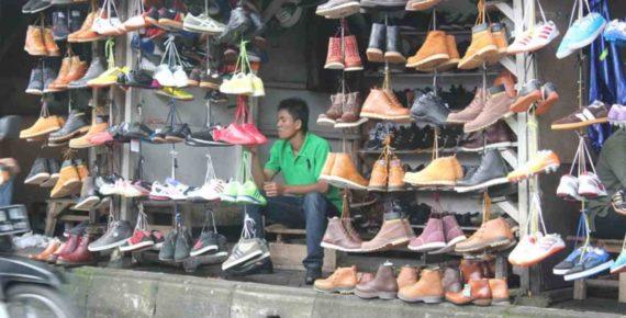 Membeli Sepatu Bekas