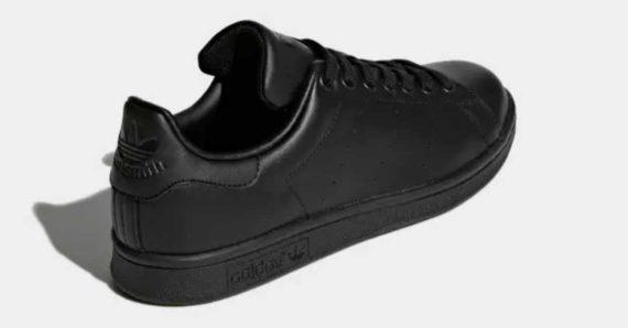 Membeli Sepatu Hitam