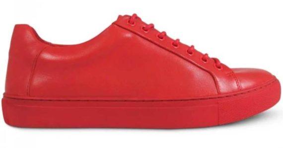 Membeli Sepatu Warna Merah