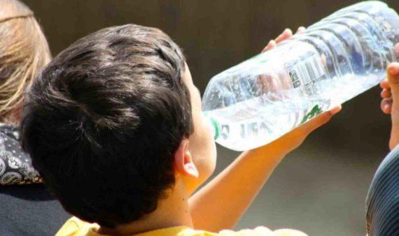 Minum Air Putih Dari Botol