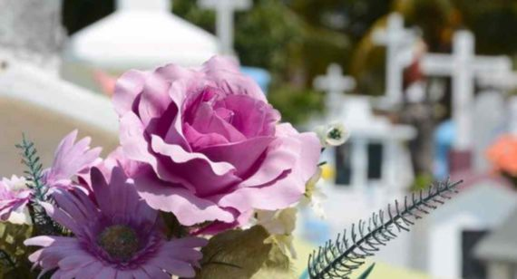 Membawa Bunga Ke Kuburan