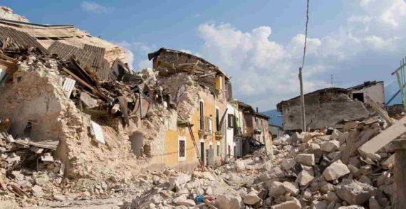 Rumah Roboh Karena Gempa Bumi